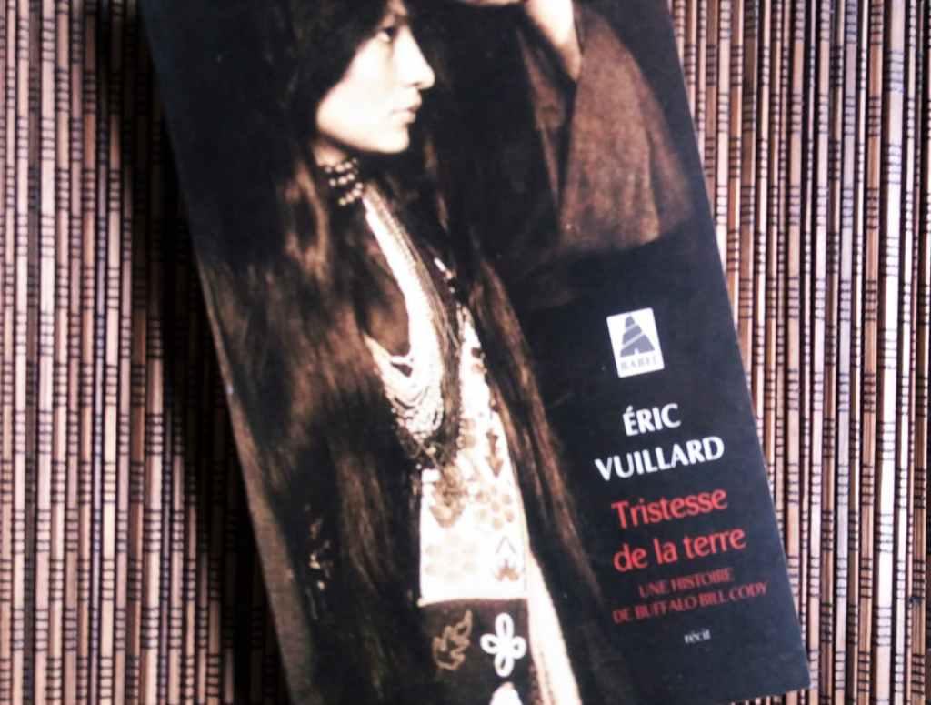 """Couverture du livre 'Tristesse de la terre' d'Eric Vuillard, avec un sous-titre : 'Une histoire de Buffalo Bill Cody""""."""