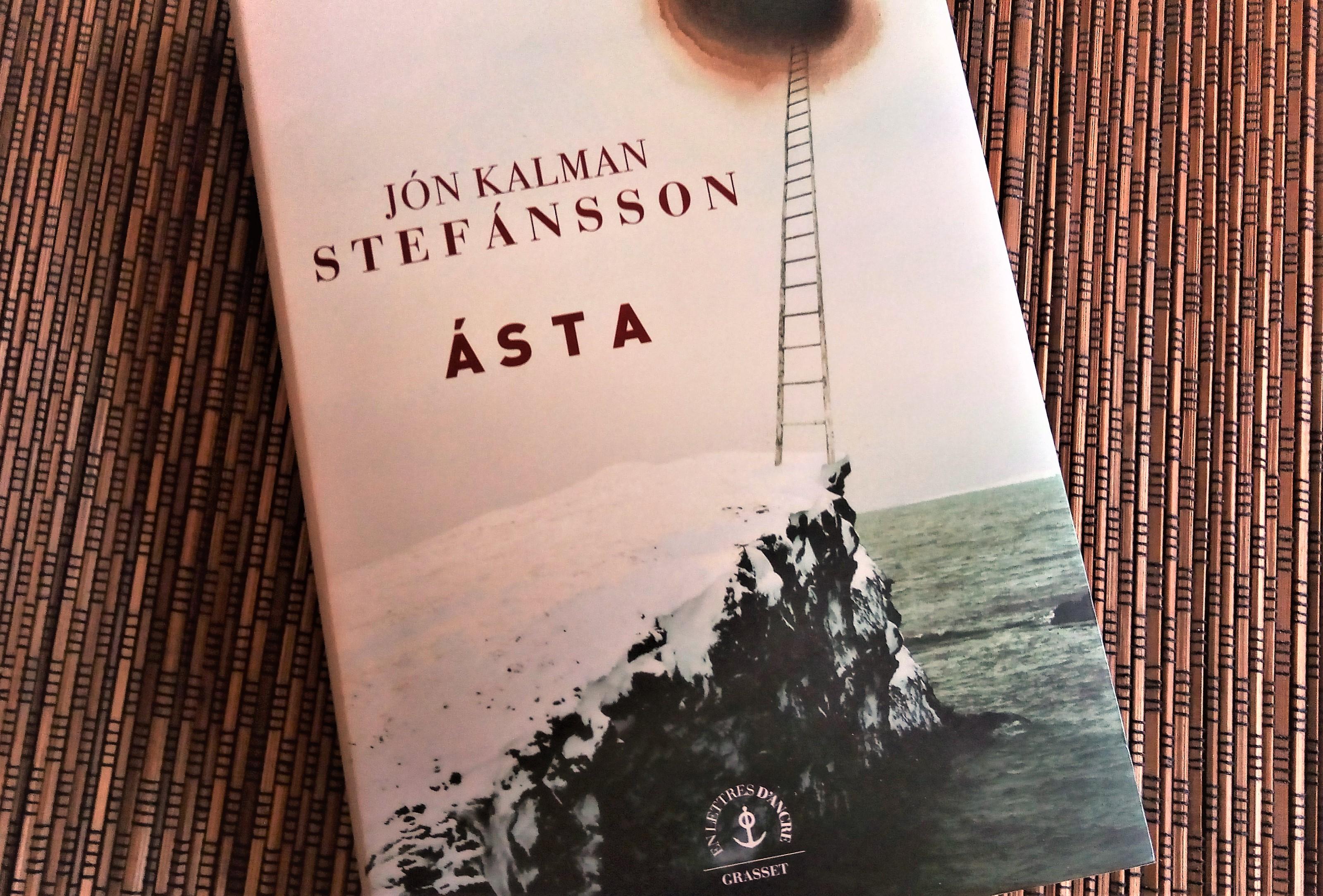livre ASTA de Jon Kalman Stefansson chez Gallimard : depuis un bloc de roches s'élève une échelle qui grimpe jusqu'au ciel