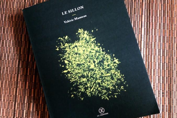 Couverture du livre le Sillon de Valérie manteau : des feuillages phosphorescents sur fond noir. Logo de l'éditeur Le Tripode