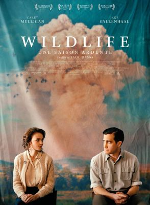 affiche française du film 'Wildlife, une saison ardent'. Carey Mulligan et Jake Gyllenhaal se regardent mal à l'aise - au fond des nuages ocres et un ciel très bleu