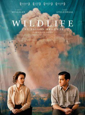 affiche française du film 'Wildlife, une saison ardent'. Carey Mulligan et Jake Gyllenhaal se regardent mal à l'aise - au fond des nuages ocres et un ciel très bleu