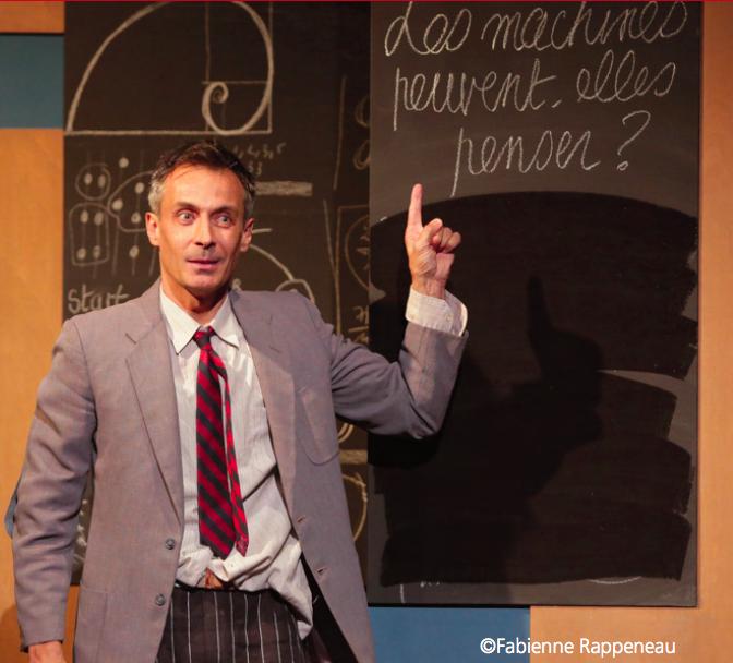 l'acteur benoit Solès qui incarne Turing montre un tableau noir sur lequel est écrit : les machines peuvent-elles penser ?